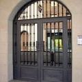 Puerta con adornos de forja
