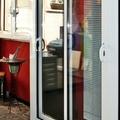 Puerta corredera, ventana y persiana.