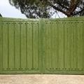 Puerta de aluminio abatible doble imitación madera texturada.