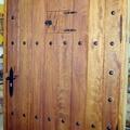 Puerta de duelas con clavos hecha a medida