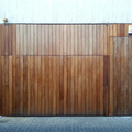 Puerta de garage forrada en madera de iroko