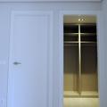 Puerta de paso lisa lacada en blanco y armario gabanero.
