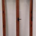 Puerta en imitación madera de dos hojas practicables con monobloc
