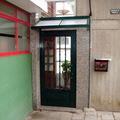 puertta de acceso con tejadillo en aluminio verde