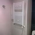 radiador toallero dentro de baño de diseño