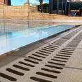 Rejilla de piedra en piscina desbordante