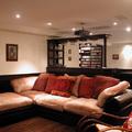 Sala de home cinema con video proyector