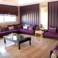 salón tapizado en morado