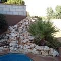 Salto de agua con piedras de coqueros.