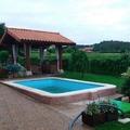 Reforma integral de jardín con piscina y porche.