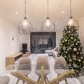 Salón con lámparas de diseño y halógenos LED regulables