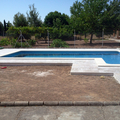 Solado alrededor de piscina de piedra natural