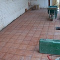 suelo de plaqueta en patio de casa vieja