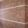 Tabique divisorio salón -comedor revestido en piedra natural