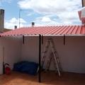 tejado terminado con imitacion tejas en material p.v.c y estructura de hierro con cuadredo de 30/30