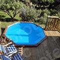 Terraza de madera con piscina