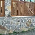 trabajo de colocar piedra y valla