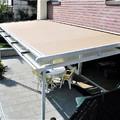 Instalación de techo fijo de aluminio y vidrio traslúcido con estructura completa de soporte y toldo veranda motorizado.