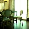 Vista mesa comedor, sillas y cortinas