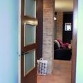 Vivienda unifamiliar en bloque sita en Sevilla. Salón desde cocina