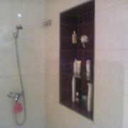 Ducha baño 2 con estanterias de cristal empotradas