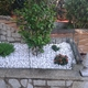 Jardinera con piedra blanca