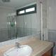 Baño con bañera en casa de diseño