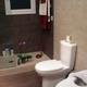Baño con ducha de obra.