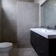 Baño con paredes y suelo de microcemento.