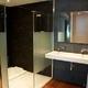 Baño de diseño con parquet