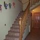 Escalera con balaustrada y pasamanos de madera