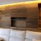 Forramiento de pared con tarima de madera decorativa