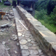 muro de piedra y acera