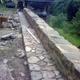 muro y acera de piedra