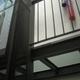 Pasarela de vidrio en ascensor instalado