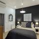 Dormitorio con pared en negro
