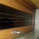 Ventana aluminio lacado madera con cremona inox y repisa cristal y arena