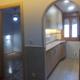 Vista a cocina y dormitorio principal