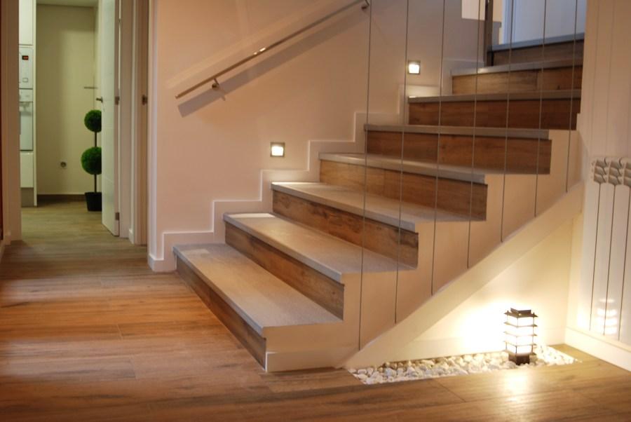 Escaleras porcelánico. Chalet en las Rozas. (2015)