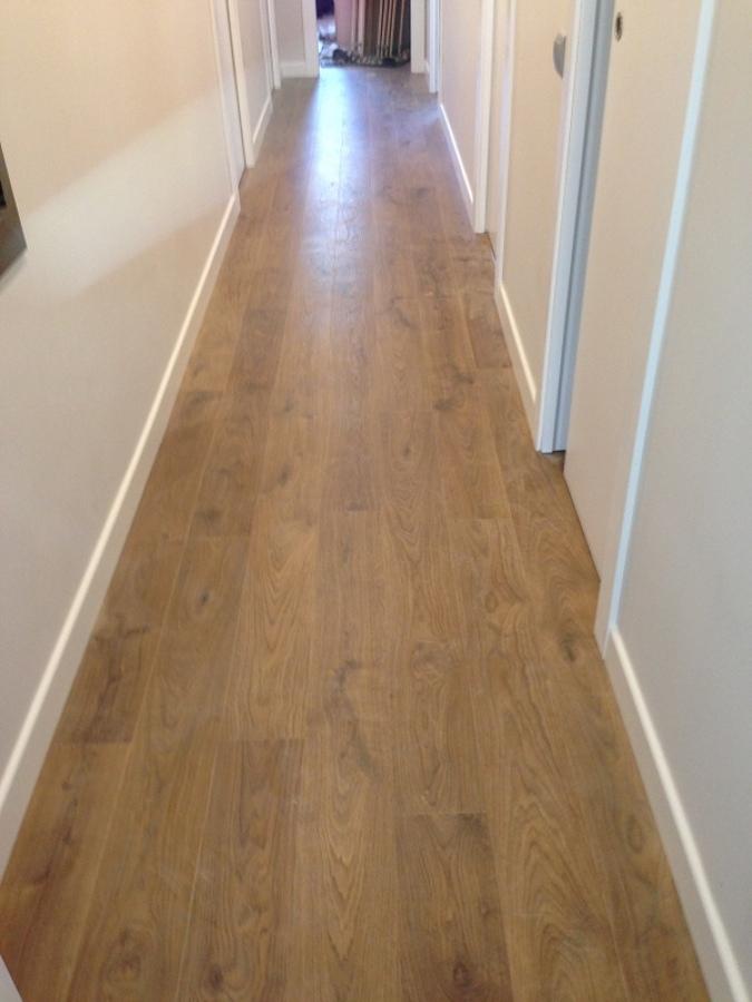 Foto parquet quick step con zocalo blanco de instalaciones rubio 996087 habitissimo - Casa con parquet ...