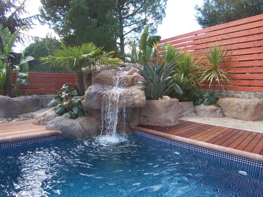 Foto piscina con rocas artificiales de piscinas dama for Cascadas artificiales para piscinas