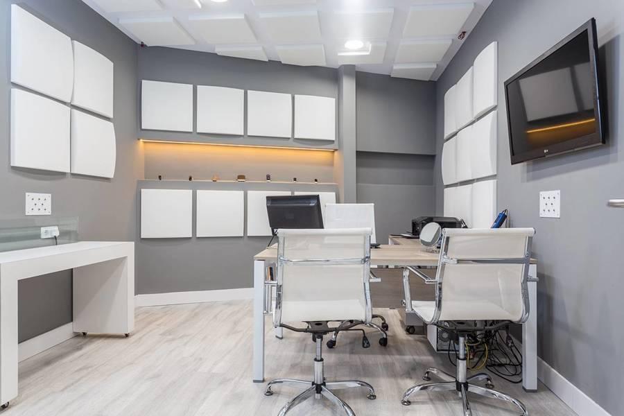 Paneles básicos acondicionando oficina