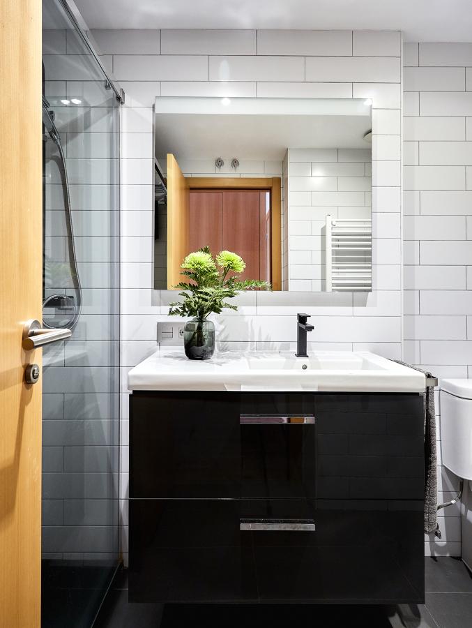 Baño Completo de Estilo Contemporáneo