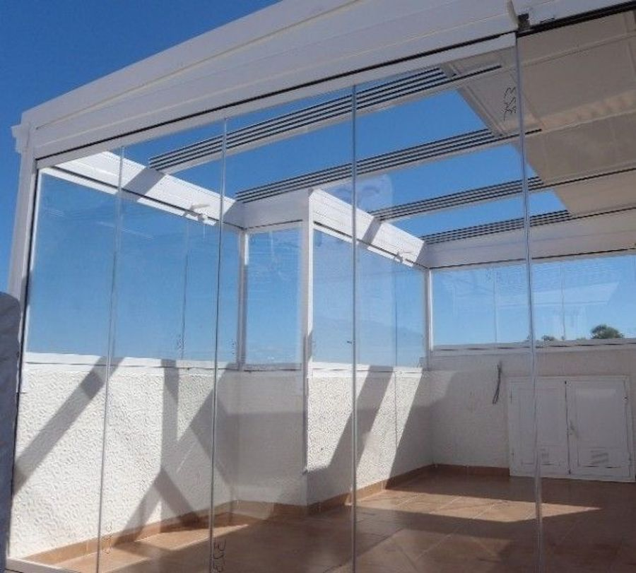 Cerramiento con techo móvil + cortina de cristal