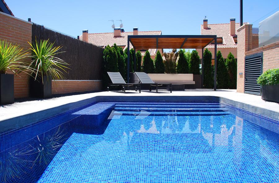 Foto piscina y p rgola mixta hierro madera de paisajismo for Paisajismo para piscinas