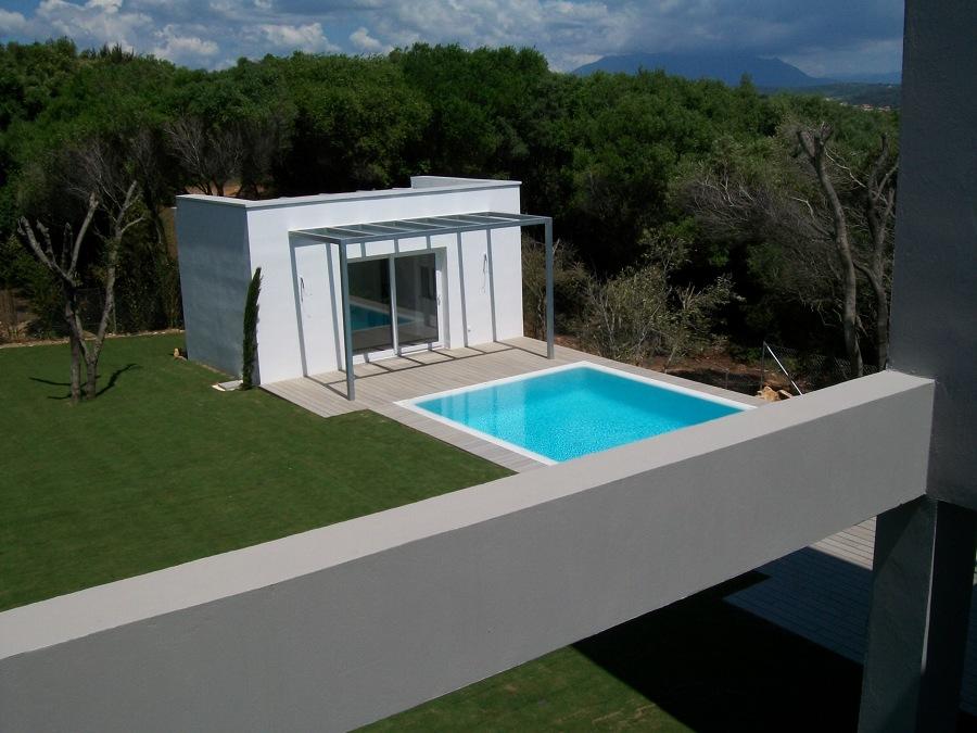 piscina y construccion auxiliar