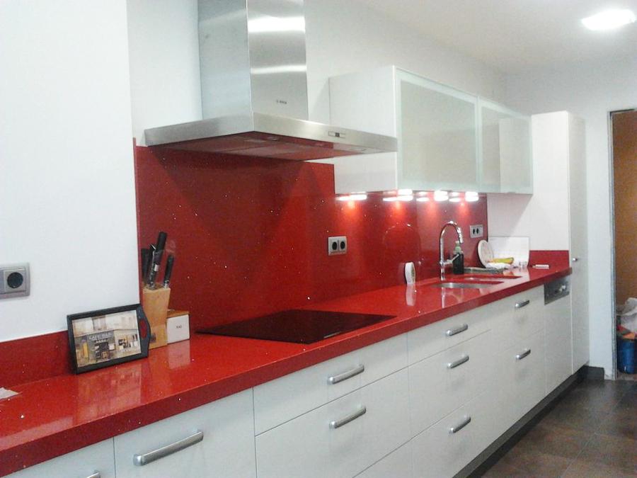 Foto cocina silestone rojo de moliner reformas 775291 for Marmoles y granitos para cocinas