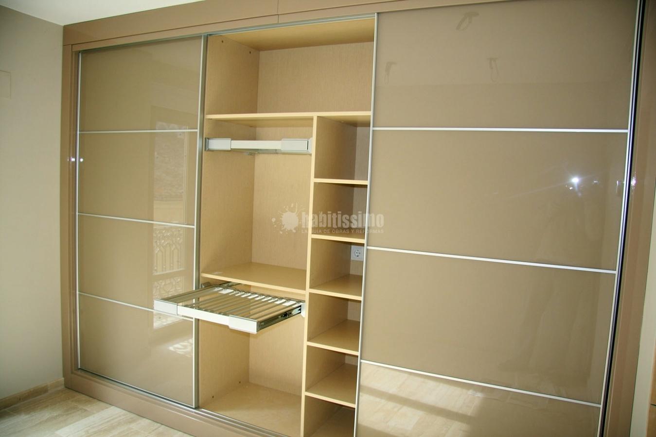 Foto armario corredero a medida color beige de mobles la for Ideas para closets modernos