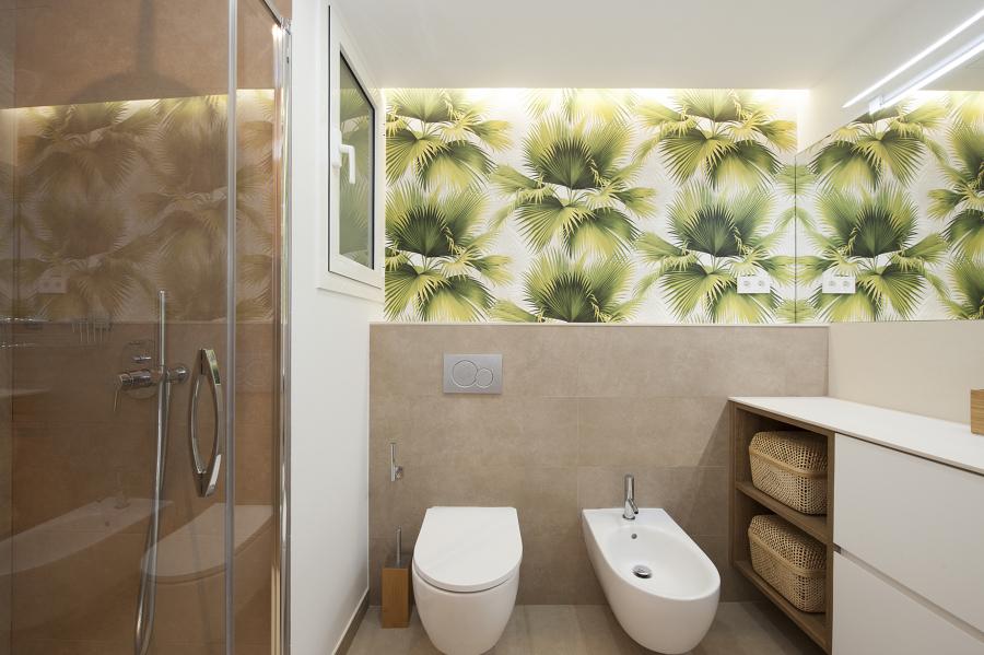 Baño con papel pintado en la pared