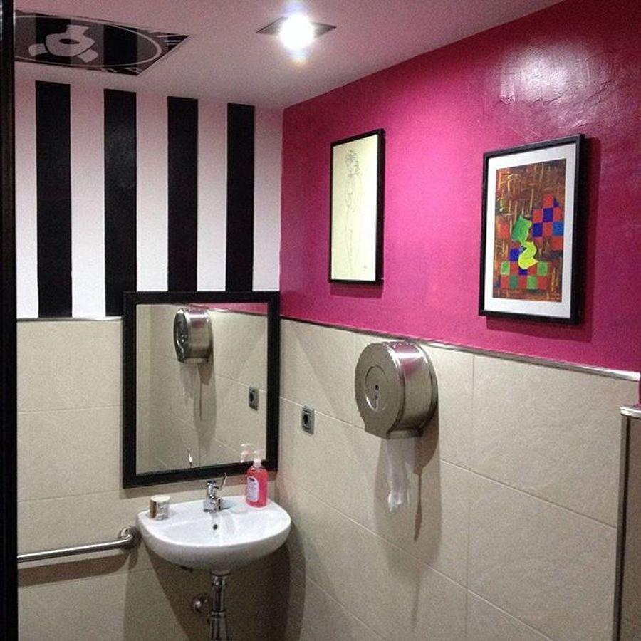 Combinación de colores en baño con rayas verticales